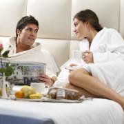 Gäste beim Lesen der Hotelzeitung