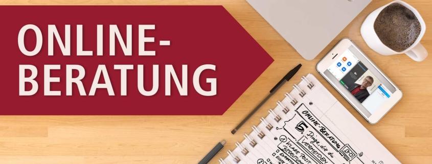 Schreibtisch mit Beschriftung Online-Beratung, Checkliste Laptop und Stifte