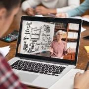 Beraterin erklärt in Onlinekonferenz am Whiteboard die Vorteile der Online-Beratung